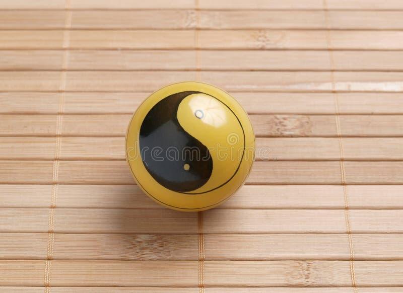 Una bola de baoding en el fondo de bambú foto de archivo libre de regalías