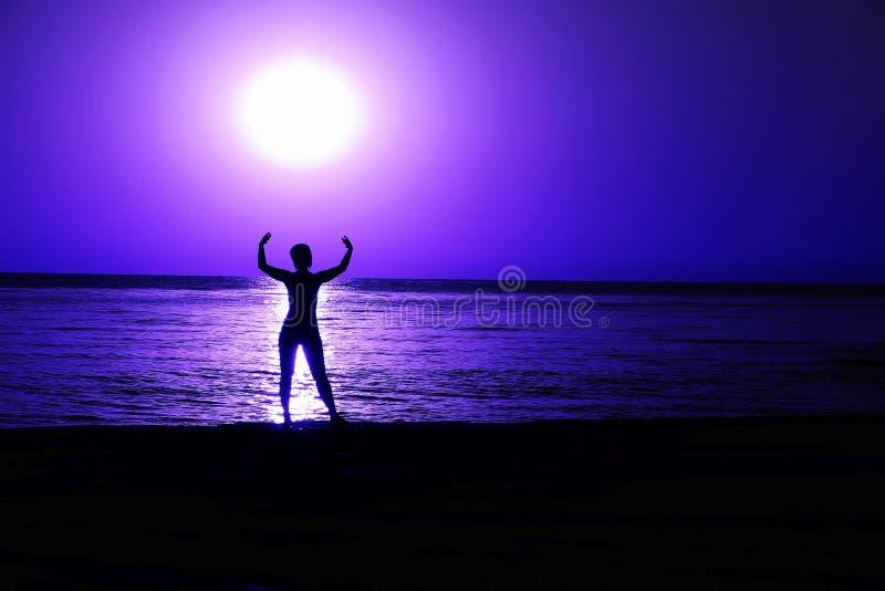 Una bola que brilla intensamente sobre el mar Cortinas azules foto de archivo libre de regalías