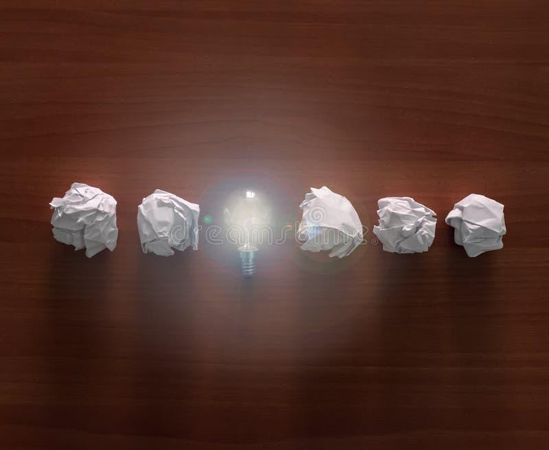 Una bombilla con bolas de papel Concepto para la innovaci?n, la creatividad y la inspiraci?n fotos de archivo