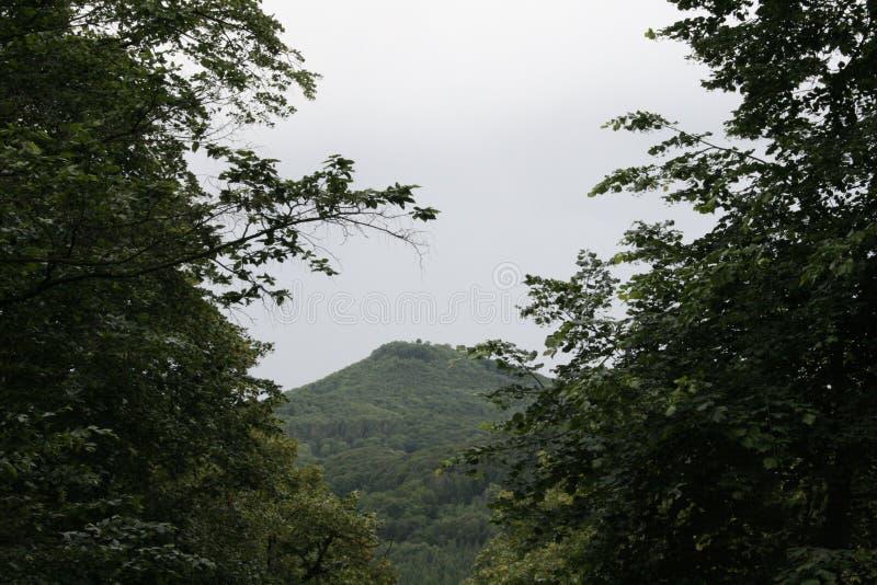 una bonita vista de lejos a la montaña imagen de archivo libre de regalías