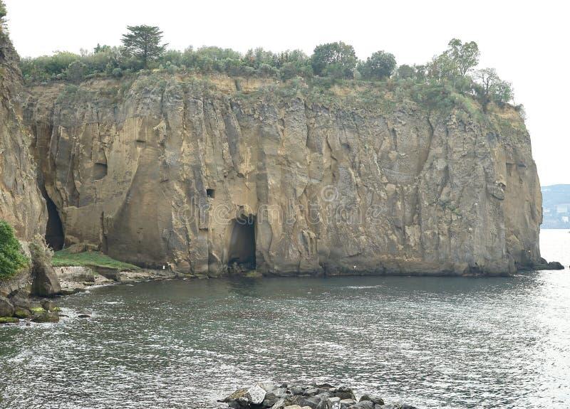 Una bonita vista de una repisa del mar en la meta Sorrento Italia fotos de archivo libres de regalías