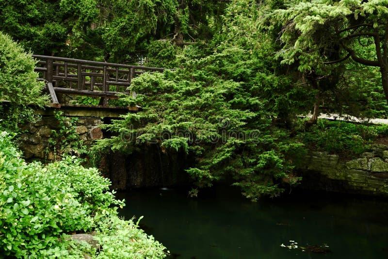 Una bonita vista de un pequeño puente romántico imagenes de archivo