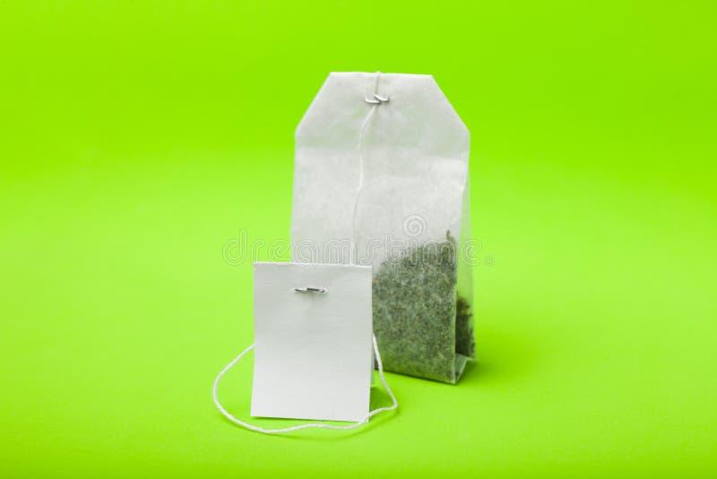 Una borsa bianca di tè verde immagini stock libere da diritti