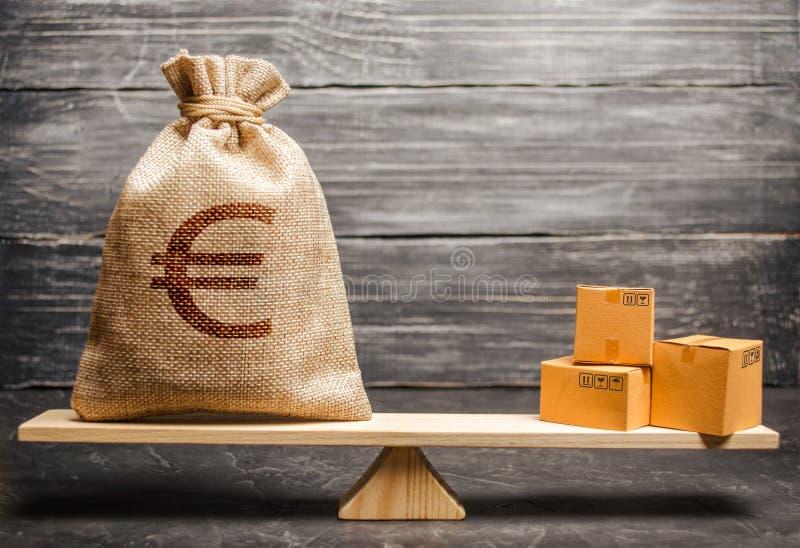Una borsa di euro soldi e un mazzo di scatole sulle scale Rapporti economici fra gli oggetti, il modello economico globale Concet immagini stock libere da diritti