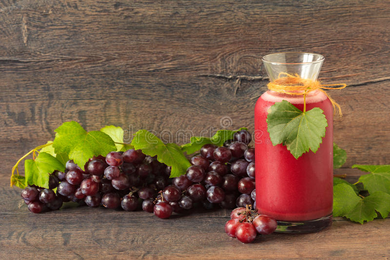 Una botella con el jugo de uva fresco foto de archivo libre de regalías