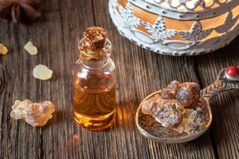 Una botella de aceite esencial del incienso con la resina del incienso imagen de archivo libre de regalías