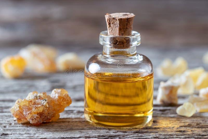 Una botella de aceite esencial del incienso y de resina del incienso fotografía de archivo