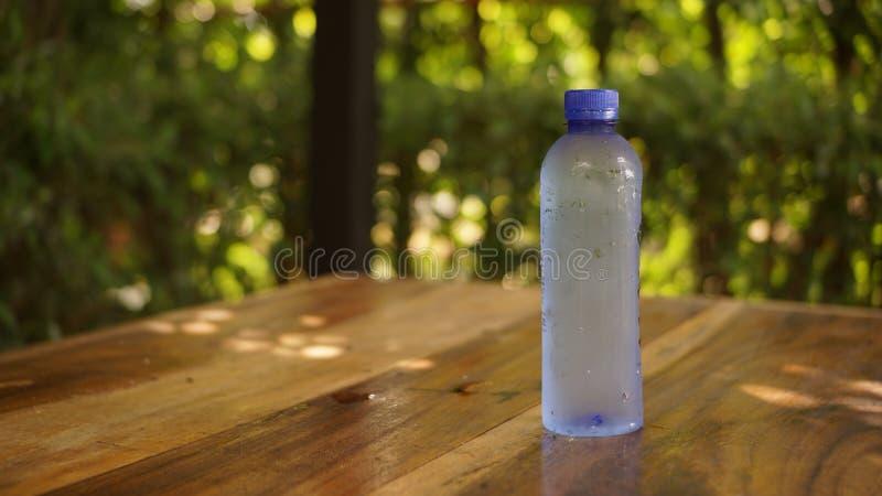 una botella de agua imágenes de archivo libres de regalías