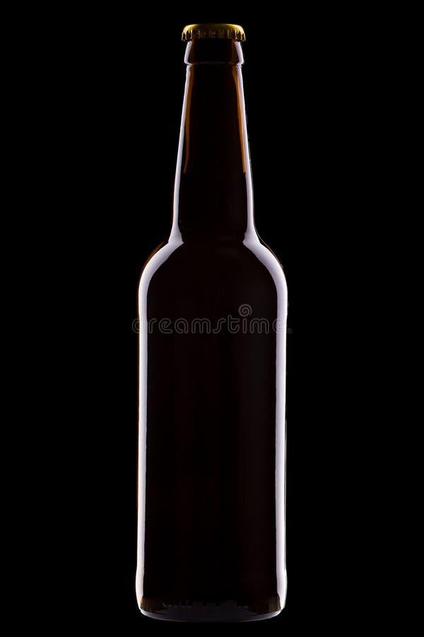 Una botella de cerveza aislada en fondo negro fotografía de archivo