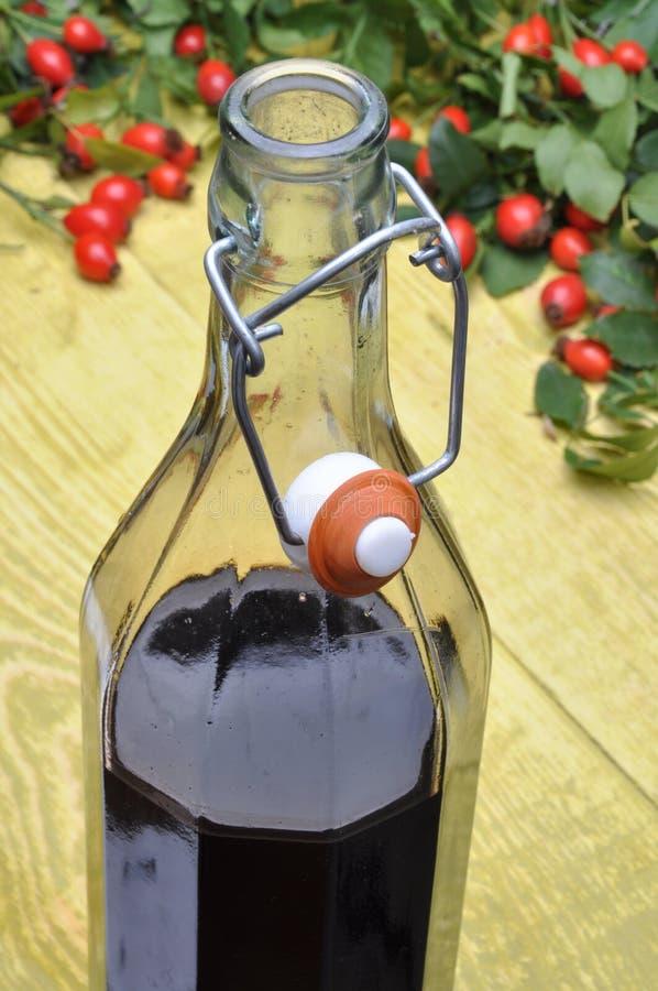 Una botella de fruta del licor y del escaramujo imagen de archivo libre de regalías