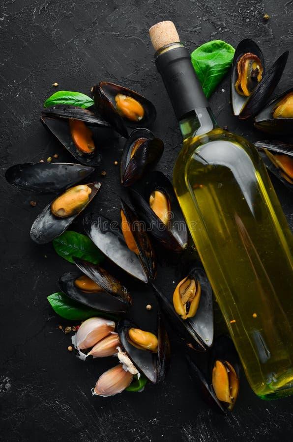 Una botella de vino blanco y de mejillones fotos de archivo