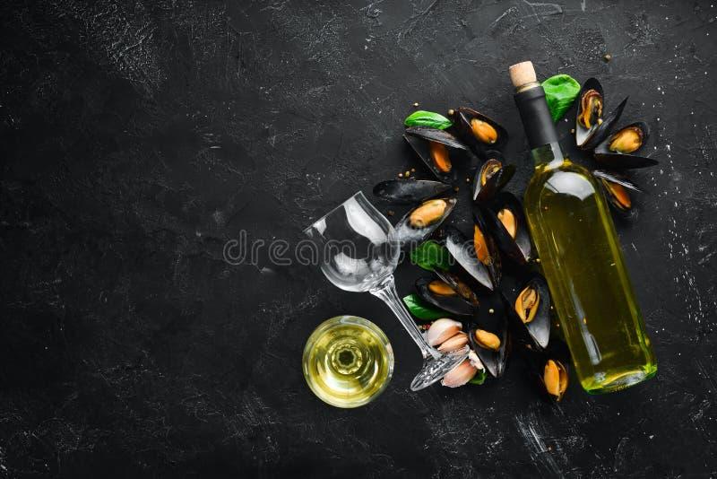 Una botella de vino blanco y de mejillones imágenes de archivo libres de regalías