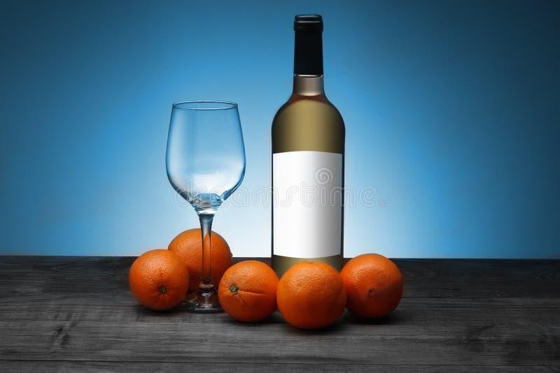 Una botella de vino con una cáliz foto de archivo libre de regalías