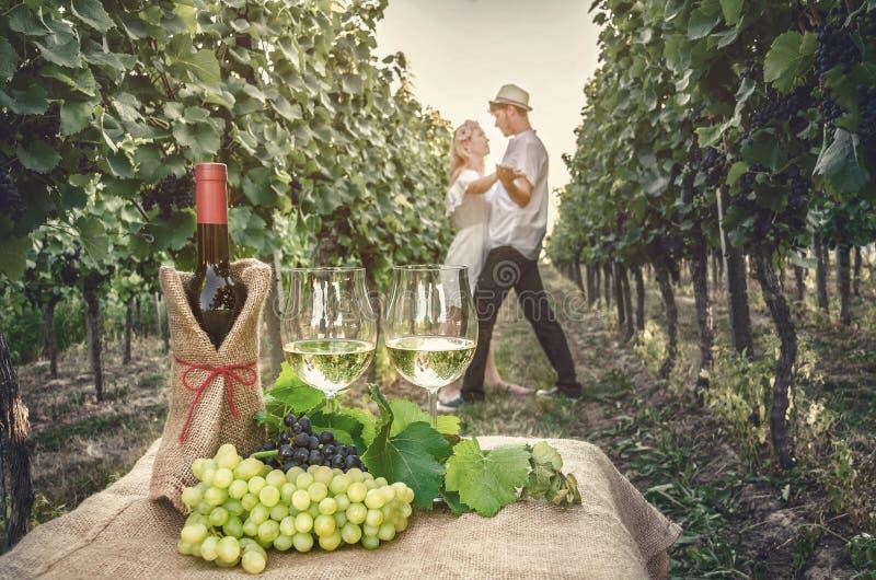 Una botella de vino, de vid y de vidrio de vino imagen de archivo