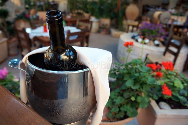 Una botella de vino que se refresca abajo fotos de archivo libres de regalías