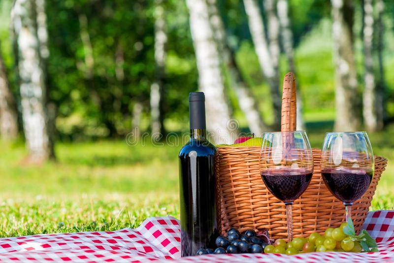Una botella de vino rojo y de dos vidrios para un par imagen de archivo