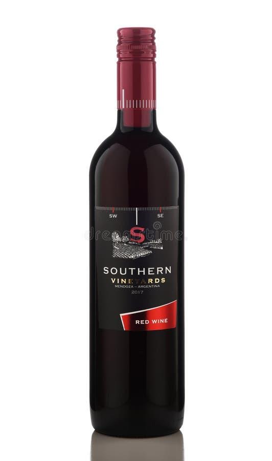 Una botella de vino tinto meridional de los viñedos foto de archivo