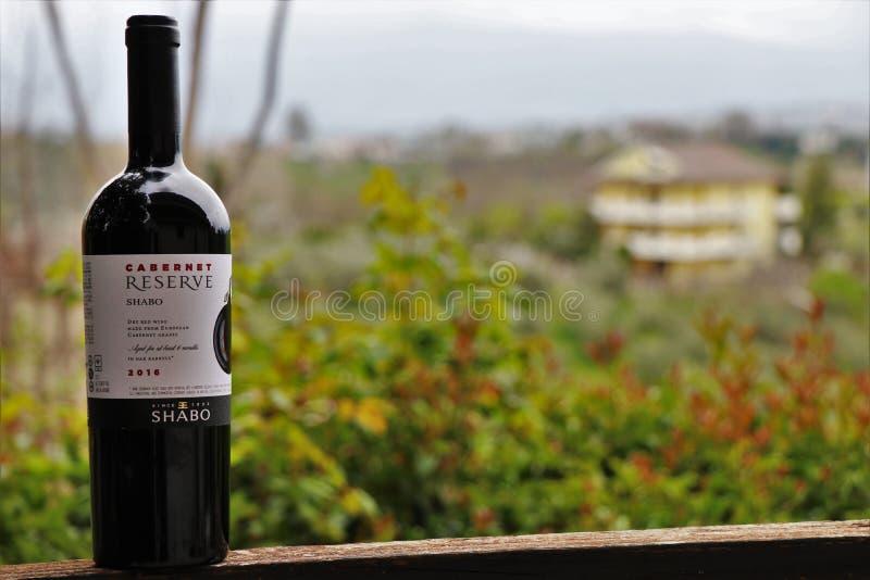 Una botella del vino tinto de ?Shabo ?Cabernet foto de archivo