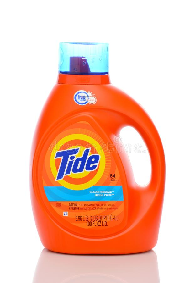 Una bottiglia da 100 once del detersivo di lavanderia pulito della brezza di marea immagini stock