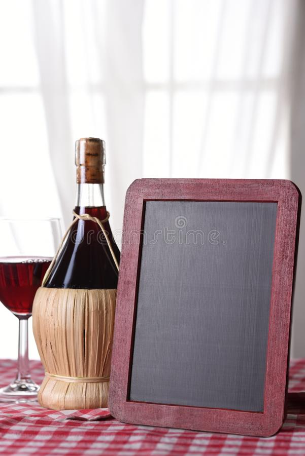 Una bottiglia del canestro del vino di Chianti immagini stock libere da diritti