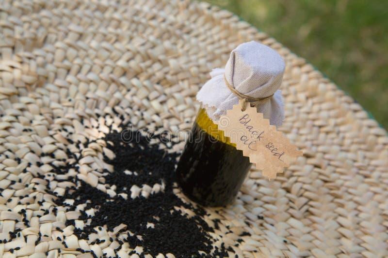 Una bottiglia dell'olio di semi nero fotografia stock libera da diritti