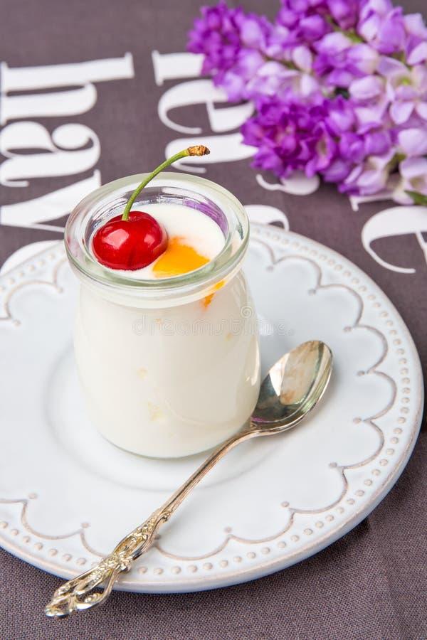 Una bottiglia di yogurt fotografia stock