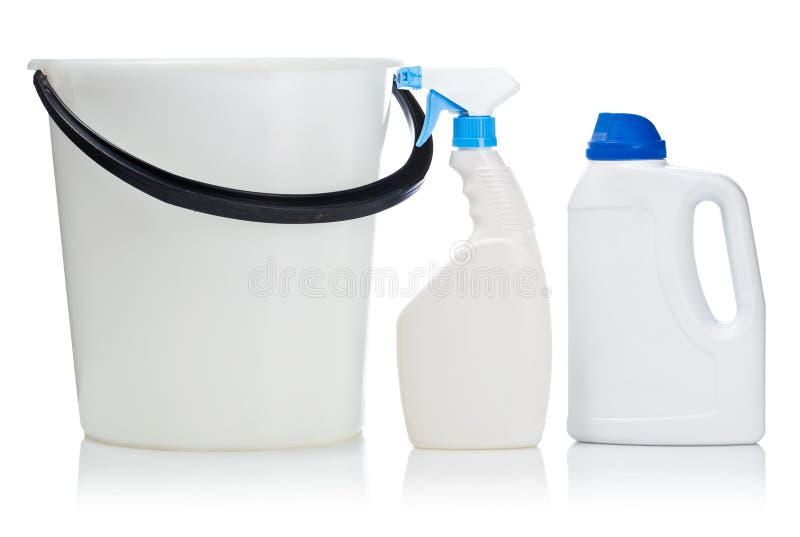 Una bottiglia e una benna di due bianchi immagine stock