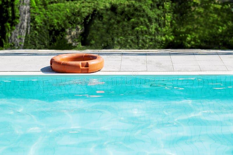Una boya de vida para la seguridad al borde de la piscina imágenes de archivo libres de regalías