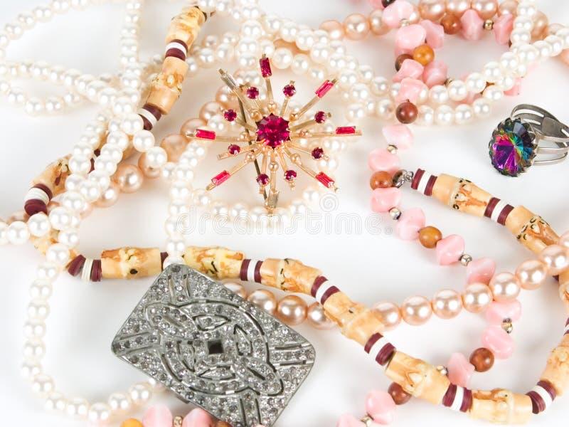 Una broche y perlas imágenes de archivo libres de regalías
