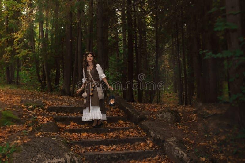Una bruja joven en bosque imagen de archivo