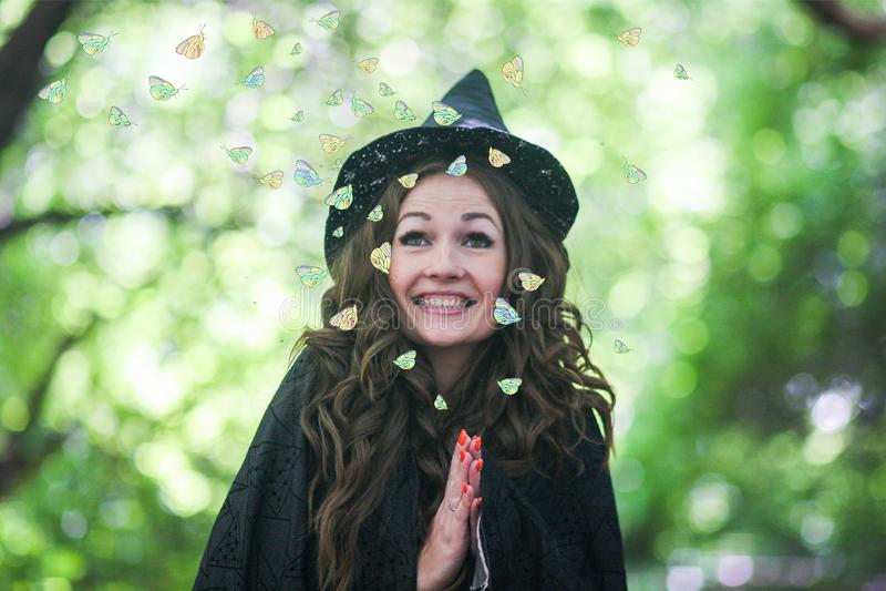 Una bruja linda de la bruja atractivo fotografía de archivo libre de regalías
