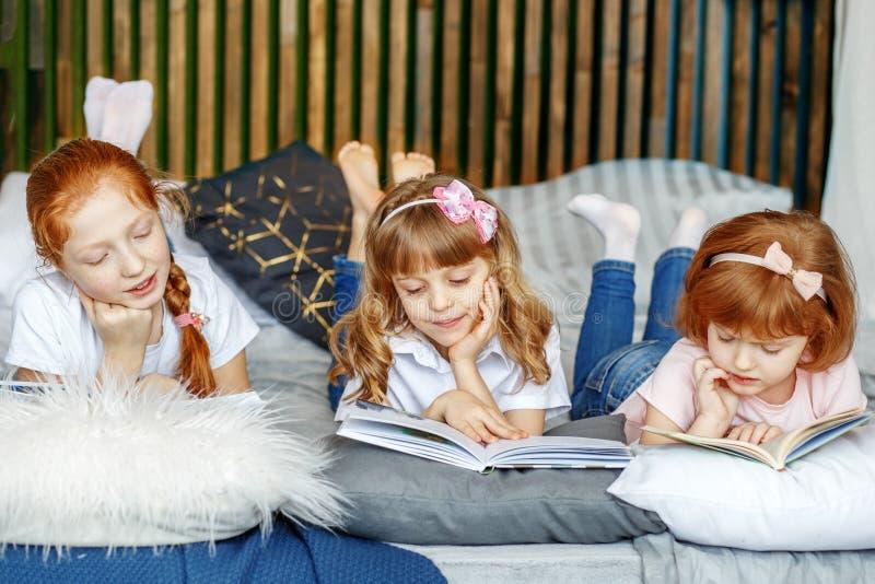 Una bugia di tre bambini e libri colti Il concetto dello stile di vita, 'chi' fotografia stock