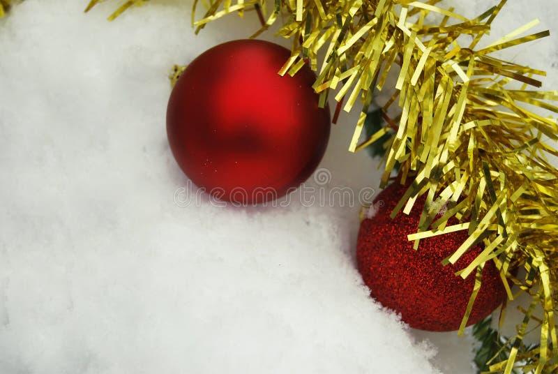 Una bugia rossa di due palle del nuovo anno sulla neve fotografia stock libera da diritti