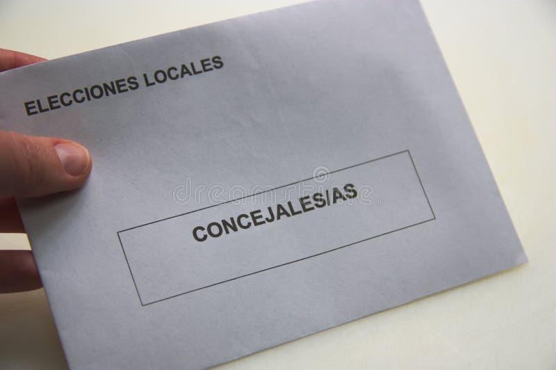 Una busta bianca da votare nelle elezioni locali immagini stock libere da diritti