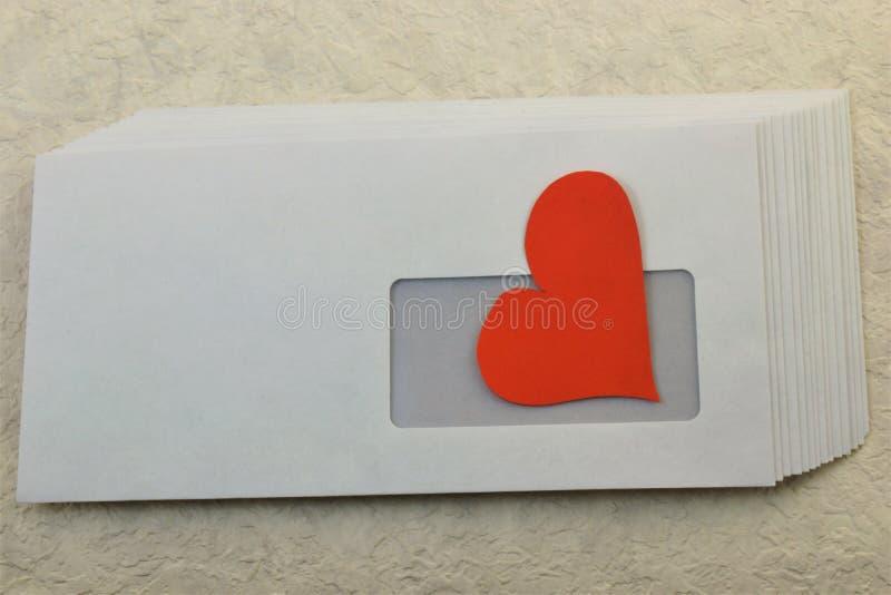 In una busta postale invio il cuore fotografia stock