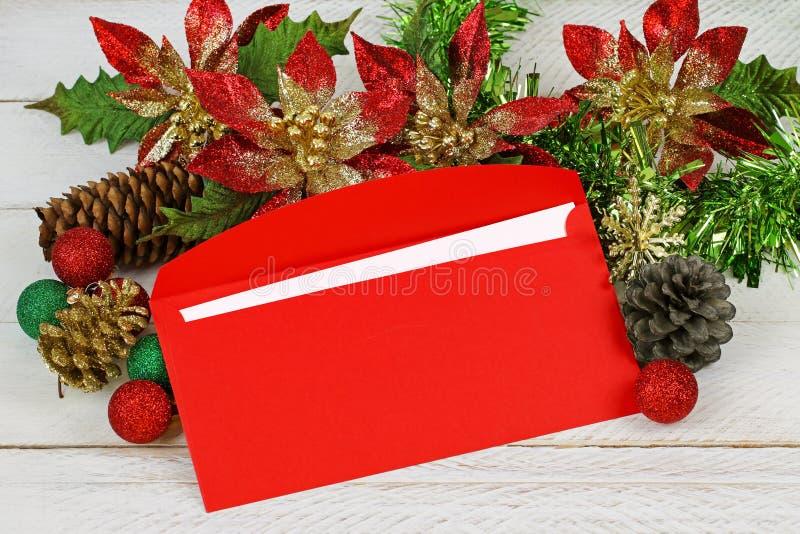 Una busta rossa con la decorazione di Natale fotografie stock