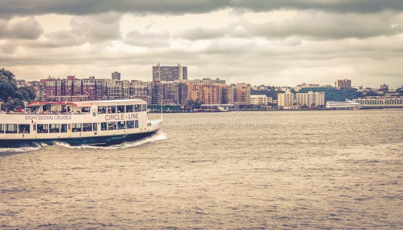 Una Círculo-línea barco de cruceros de visita turístico de excursión viaja a lo largo de Hudson River con Hoboken fotos de archivo