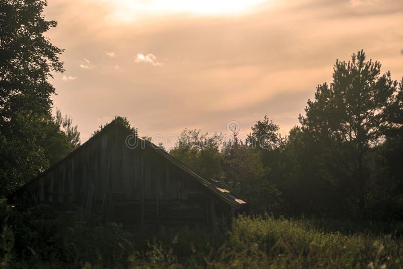 Una cabaña de madera vieja, suburbios fotos de archivo