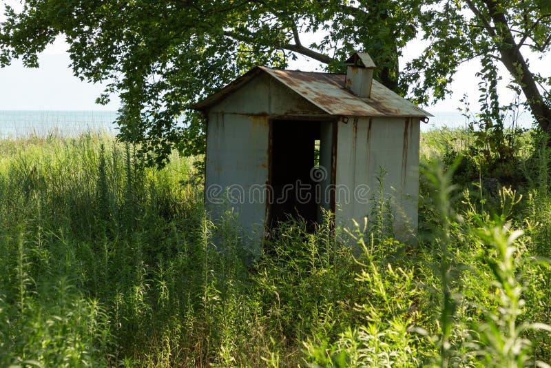 Una cabaña en las orillas de un lago fotos de archivo libres de regalías