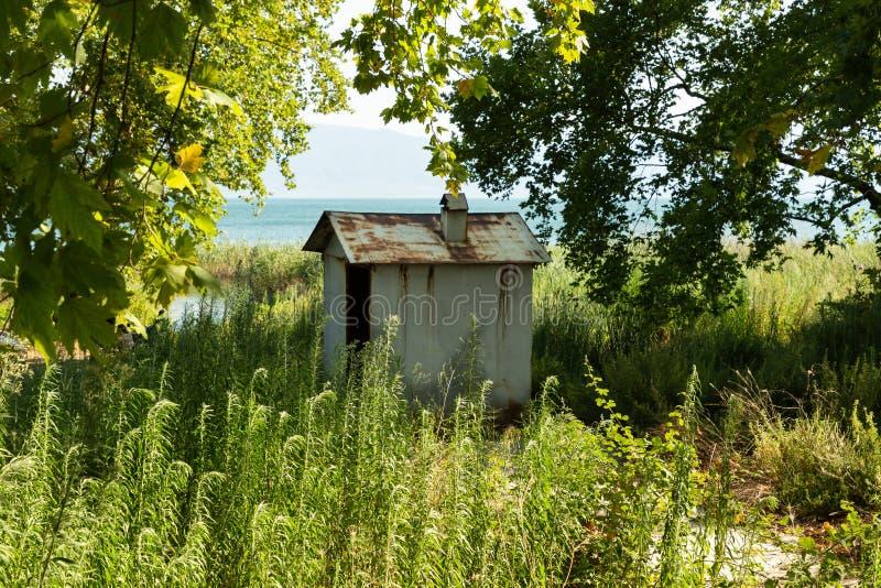 Una cabaña en las orillas de un lago foto de archivo
