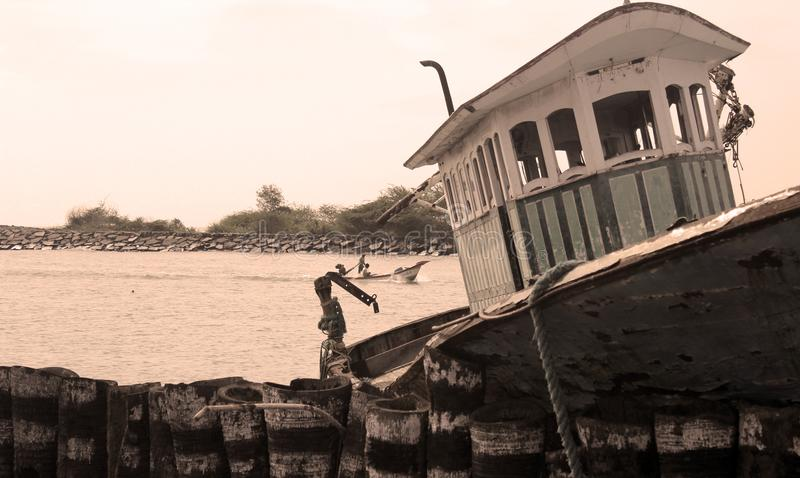 Una cabina del barco dilapidado del pescador en un pequeño puerto indio imagenes de archivo