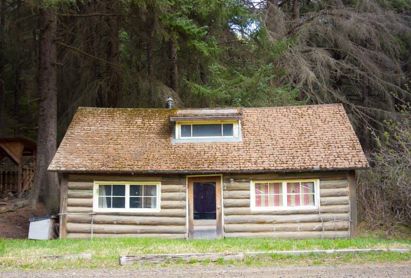 Una cabina di ceppo accogliente nell'Alaska fotografia stock