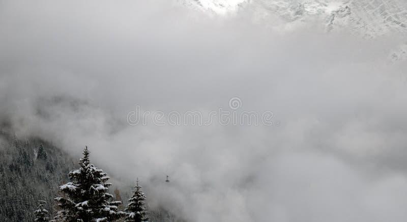 Una cabina di funivia aumenta sulla montagna immagine stock