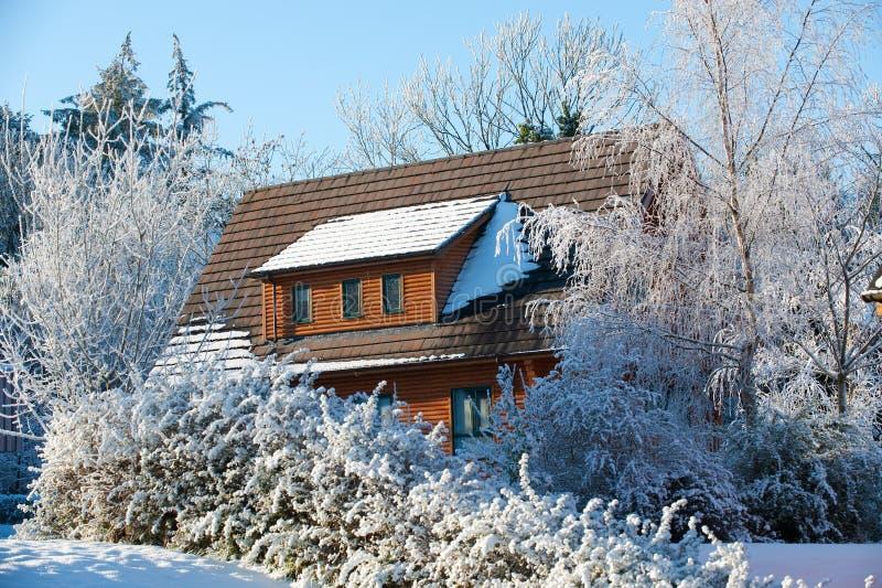 Una cabina di libro macchina di inverno immagine stock