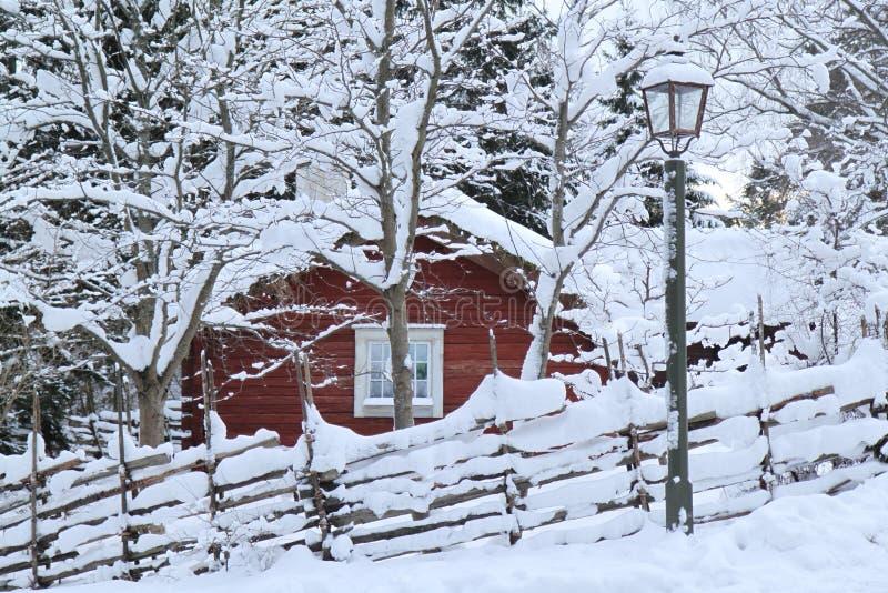 Una cabina nevosa de la Navidad del invierno imagen de archivo libre de regalías