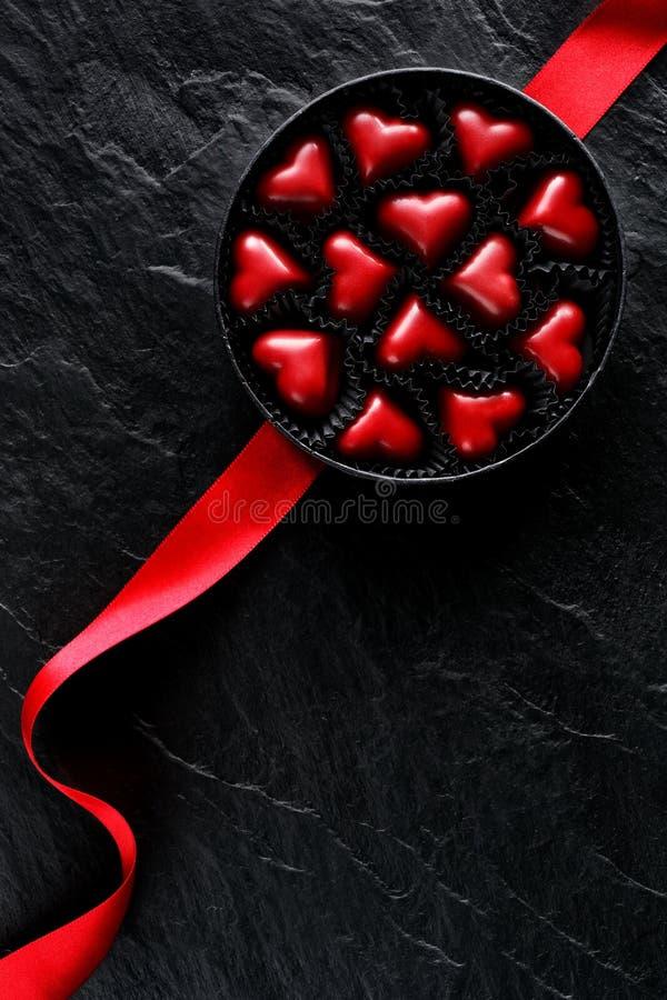 Una caja de chocolates en la forma de corazones, el regalo perfecto para el día del ` s de la tarjeta del día de San Valentín, vi foto de archivo