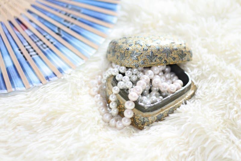 Una caja de collar de la perla en un fondo suave imagenes de archivo