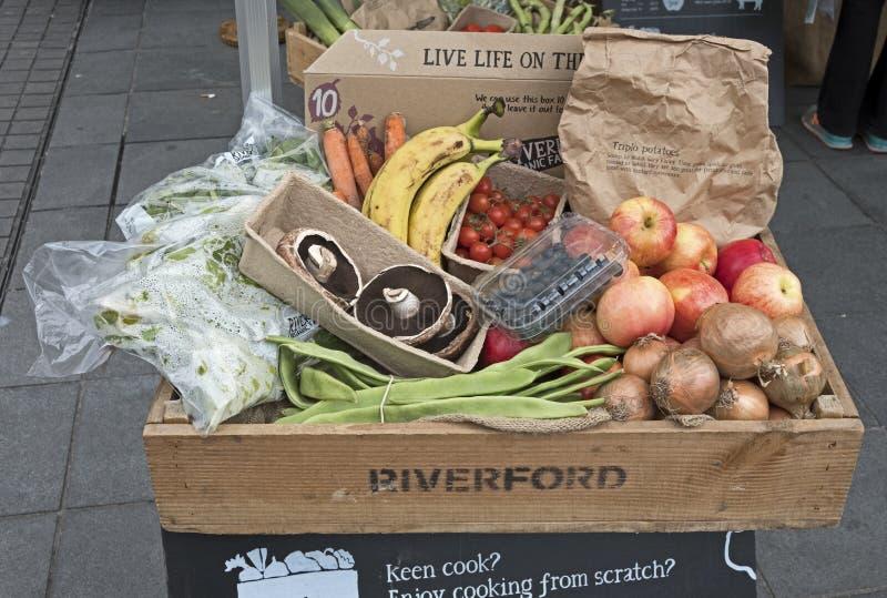Una caja de fruta y verdura orgánica fotos de archivo