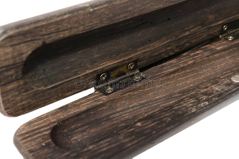 Una caja de lápiz para un bolígrafo hecho de roble viejo en un fondo blanco imagen de archivo libre de regalías