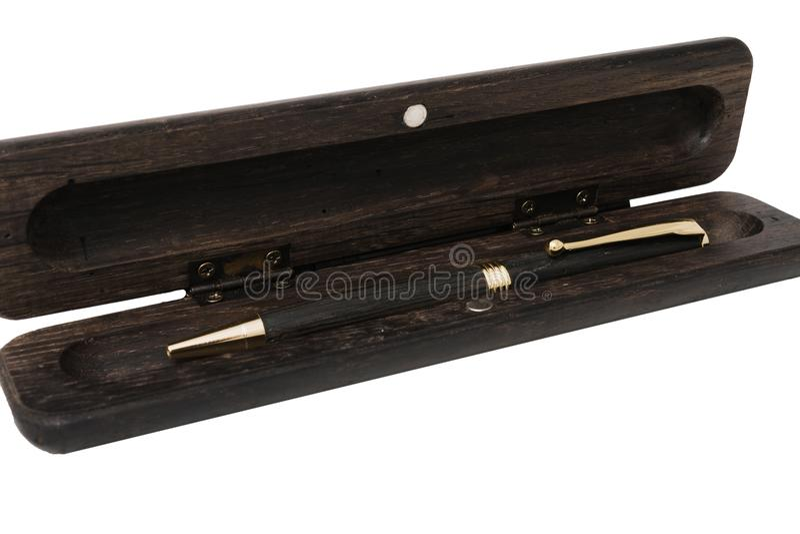 Una caja de lápiz para un bolígrafo hecho de roble viejo en un fondo blanco imágenes de archivo libres de regalías